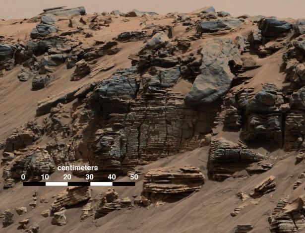 Esta rocha fotografada pela Câmera Mast (Mastcam) do robô Curiosity, da Nasa (agência espacial americana), mostra um padrão típico de um fundo de lago com depósito de sedimentos