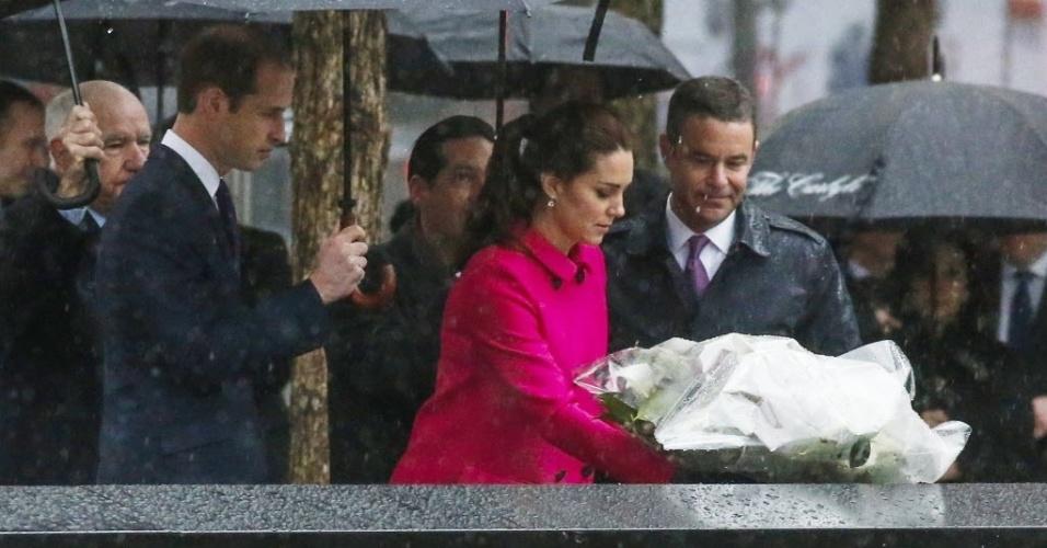 9.dez.2014 - Kate Middleton, duquesa de Cambridge, acompanhada de Willian, coloca uma coroa de flores no memorial das vítimas de 11 de setembro , nesta terça-feira (9), em Nova York, nos EUA