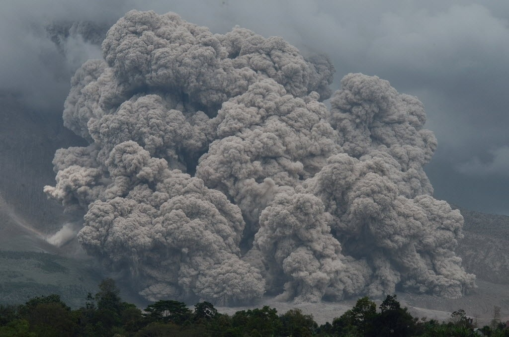 9.dez.2014 - O vulcão Monte Sinabung expele fumaça na região de Karo, na Indonésia. Cerca de 17 pessoas morreram desde que o vulcão entrou em erupção em fevereiro deste ano