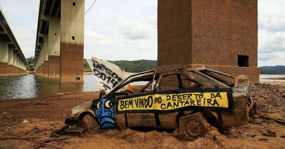 9.dez.2014 - Um carro abandonado fica próximo à reserva Atibainha, na cidade de Nazaré Paulista, no interior de São Paulo. Com apenas 1,5% de toda a chuva esperada para o mês de dezembro, o Sistema Cantareira, responsável por abastecer 6,5 milhões de pessoas, registrou nova queda e chegou a 7,7% da sua capacidade, nesta terça-feira (9). Segundo a Sabesp (Companhia de Saneamento Básico do Estado de São Paulo), a diminuição foi de 0,1% em relação ao dia anterior