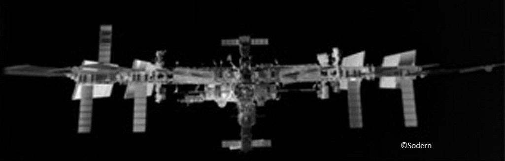 9.dez.2014 - Um veículo de transferência automatizado, uma nave de abastecimento não tripulada da ESA (Agência Espacial Europeia) usada para abastecer a Estação Espacial Internacional (ISS), conseguiu fotografar a ISS a apenas 70m de distância. A imagem é a primeira que mostra a estação alterando a direção de parte de suas asas para evitar que os sinais de navegação do GPS errem o local de entrada e encaixe da nave. O responsável pela foto é um sistema chamado LIRIS, que conta com laser infravermelho de imagem e foi ativado no veículo de transferência quando ele se aproximou da estação de acoplamento no dia 12 de agosto