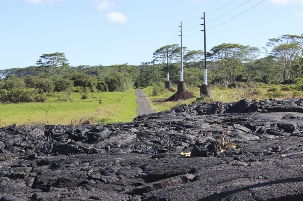 9.dez.2014 - Vulcão Kilauea espalha cinzas pela aldeia Pahoa no Havaí (EUA). O vulcão destruiu algumas casas da aldeia desde que entrou em erupção no final de junho. Segundo as autoridades, não havia ninguém no local