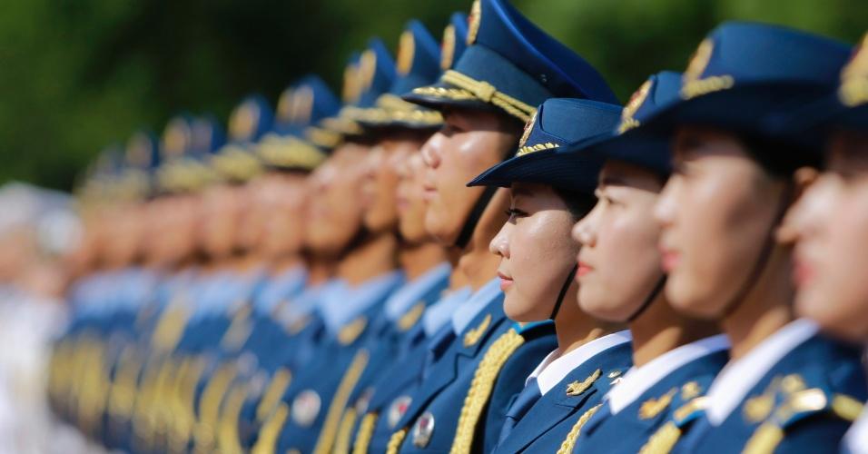 """Militar chinesa mostra como se """"sorri com os olhos"""""""