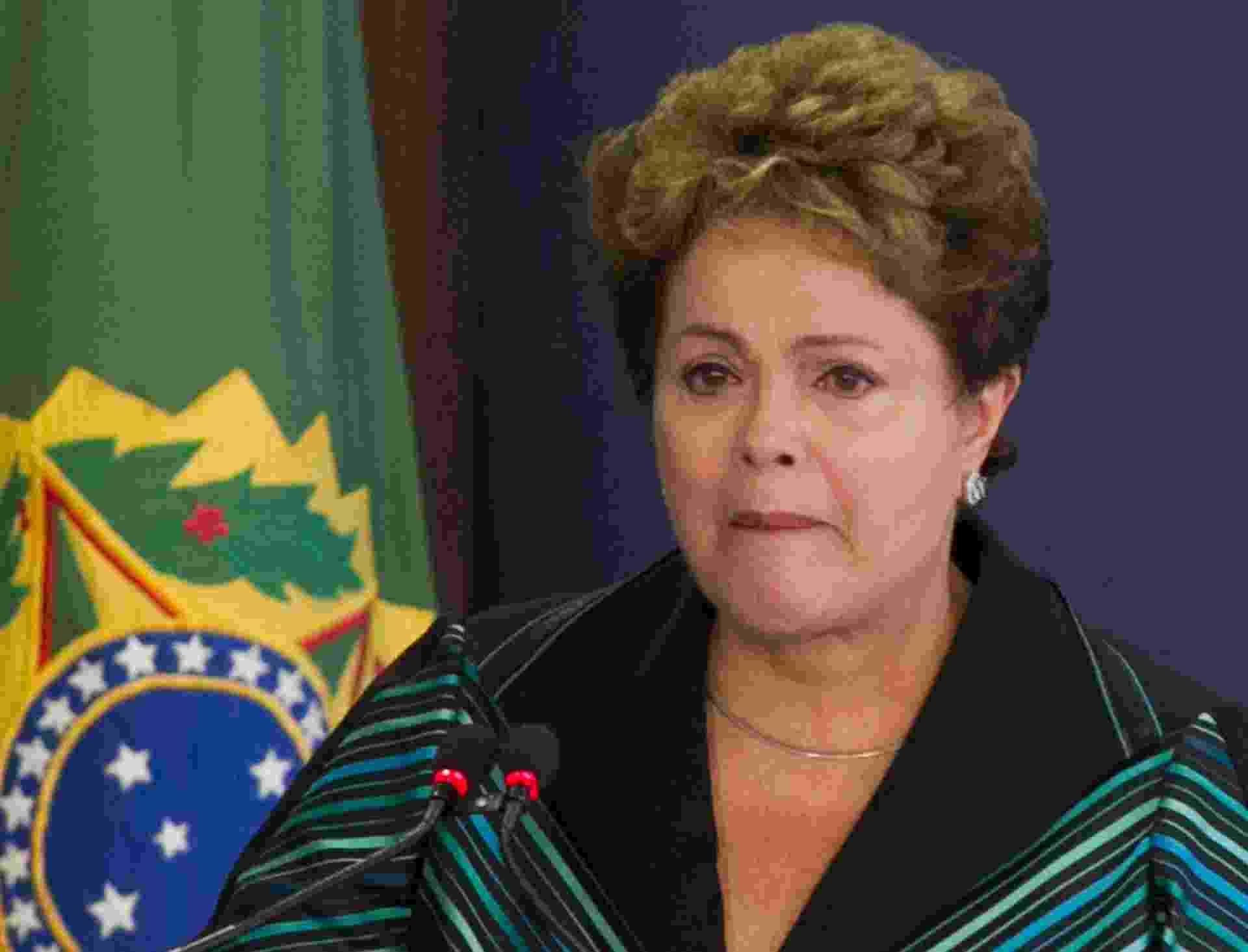 10.dez.2014 - A presidente Dilma Rousseff chorou ao discursar nesta quarta-feira (10) em cerimônia onde recebeu o relatório final da Comissão Nacional da Verdade sobre crimes e violações de direitos humanos que ocorreram no período entre 1946 a 1988, com foco na ditadura militar (1964-1985), em Brasília. A cerimônia aconteceu no Dia Mundial dos Direitos Humanos. O documento conta com a descrição do trabalho realizado, a apresentação dos fatos examinados, as conclusões e as recomendações sobre o tema - Ed Ferreira/ Estadão Conteúdo