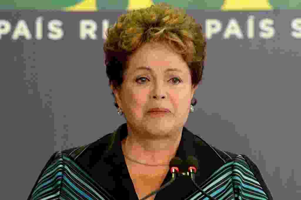 10.dez.2014 - A presidente Dilma Rousseff chorou ao discursar nesta quarta-feira (10) em cerimônia onde recebeu o relatório final da Comissão Nacional da Verdade sobre crimes e violações de direitos humanos que ocorreram no período entre 1946 a 1988, com foco na ditadura militar (1964-1985), em Brasília. A cerimônia aconteceu no Dia Mundial dos Direitos Humanos. O documento conta com a descrição do trabalho realizado, a apresentação dos fatos examinados, as conclusões e as recomendações sobre o tema - Evaristo Sa/ AFP