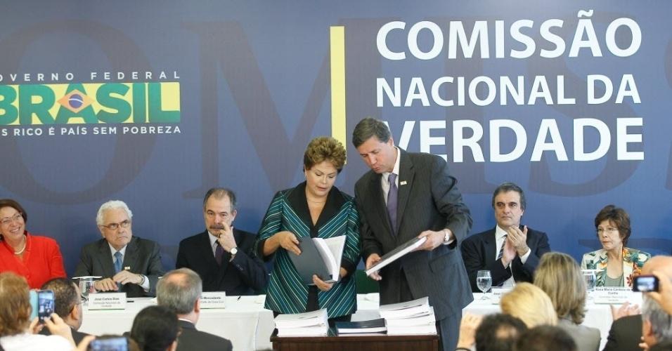 10.dez.2014 - A presidente Dilma Rousseff recebeu nesta quarta-feira (10) das mãos de Pedro Dallari o relatório final da Comissão Nacional da Verdade, no Palácio do Planalto, em Brasília. A data escolhida pela comissão é simbólica: nesta quarta, comemora-se o Dia Mundial dos Direitos Humanos