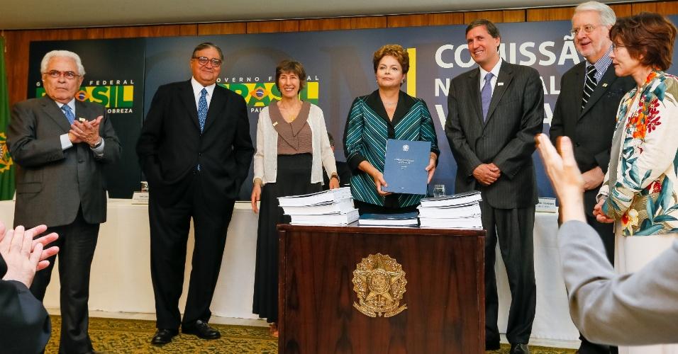 10.dez.2014 - A presidente Dilma Rousseff recebeu nesta quarta-feira (10) o relatório final da Comissão Nacional da Verdade sobre crimes e violações de direitos humanos que ocorreram no período entre 1946 a 1988, com foco na ditadura militar (1964-1985), durante uma cerimônia realizada em Brasília. O evento aconteceu no Dia Mundial dos Direitos Humanos. O documento conta com a descrição do trabalho realizado, a apresentação dos fatos examinados, as conclusões e as recomendações sobre o tema