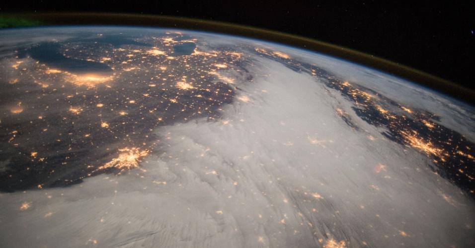 10.dez.2014 - O comandante Barry Wilmore, da Nasa (agência espacial americana), tirou uma fotografia da região dos Grandes Lagos, nos Estados Unidos, visto da ISS (Estação Espacial Internacional)