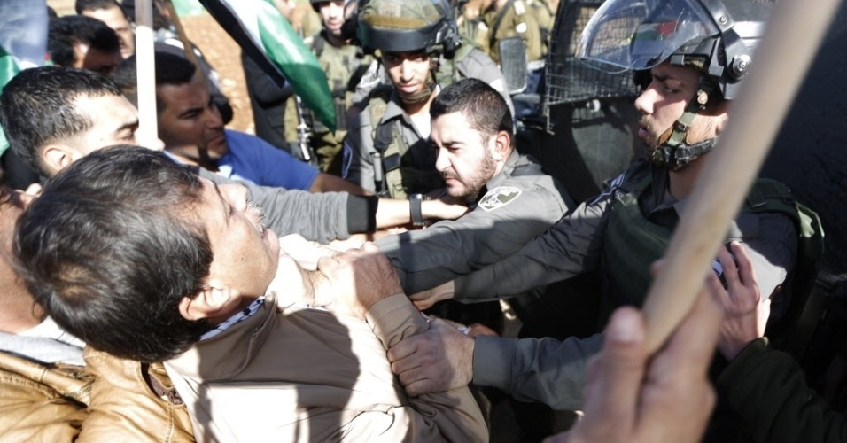 10.dez.2014 - O responsável palestino para Assuntos das Colônias e do Muro, Ziad Abu Ein, cargo com categoria de ministro discute com soldados israelenses durante um protesto em próxima a Ramala, na Cisjordânia ocupada. Abu Ein foi morto durante a manifestação nesta quarta-feira (10). De acordo com testemunhas, os soldados apoiados pela Polícia de Fronteiras dispersaram a manifestação com gás lacrimogêneo e balas de aço recobertas por borracha. Abu Ein teria morrido após inalar gases e sofrer problemas respiratórios. O Exército de Israel afirma que o caso está sendo investigado