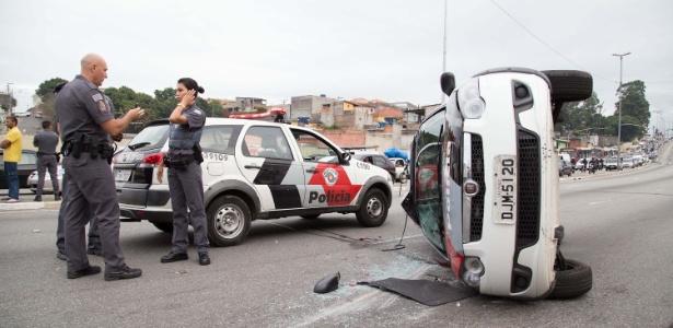 1563c1b5104 Um carro da Polícia Militar capotou durante uma perseguição a uma moto ...