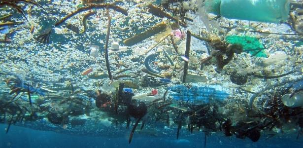 Concentração de plástico e materiais descartados é vista flutuando no Oceano Pacífico