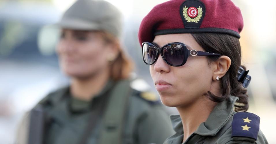 Soldado tunisiana brilha com sua boina avermelhada