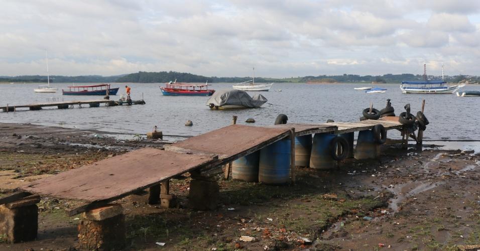 """11.dez.2014 - """"Deck"""" improvisado fica totalmente fora d'água e aparente na represa Guarapiranga, em São Paulo. Apesar de fortes chuvas terem atingido a cidade nos últimos dias, a represa continua com nível de água baixo"""