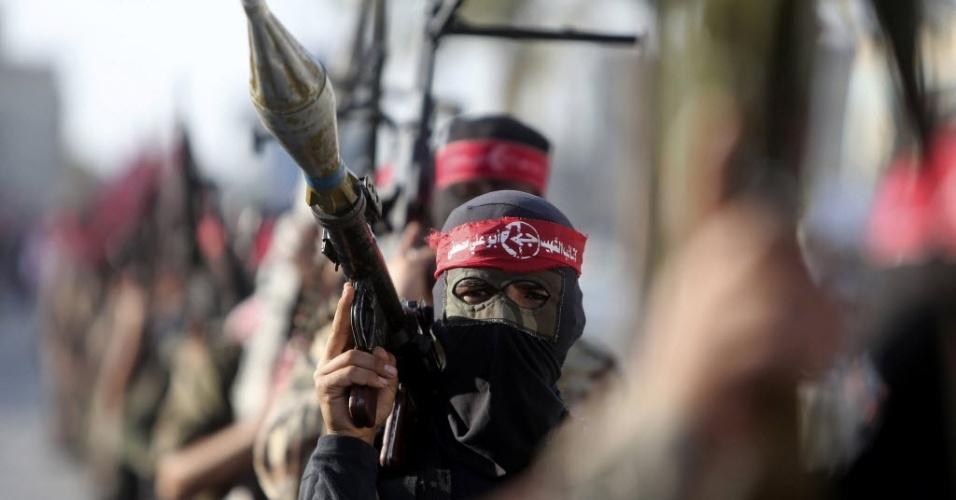 11.dez.2014 - Militantes da Frente Popular para a Libertação da Palestina (FPLP) participam de um show militar para comemorar o 47º aniversário da fundação do grupo, em Khan Younis, no sul da faixa de Gaza