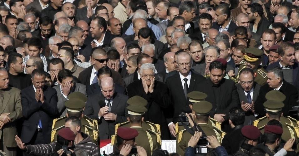 11.dez.2014 - Presidente Autoridade Palestina, Mahmud Abbas (centro) reza perto do caixão do ministro Ziad Abu Ein, morto na tarde de quarta-feira (10) durante um confronto com tropas israelenses na região da Cisjordânia