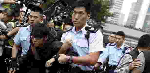 Menfestante é detido em protesto pela democracia em Hong Kong, na China - Athit Perawongmetha/ Reuters