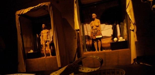 Espetáculo pretendia denunciar o sofrimento infligido aos negros no século 19, quando eles eram exibidos em zoológicos humanos, recriando a cena