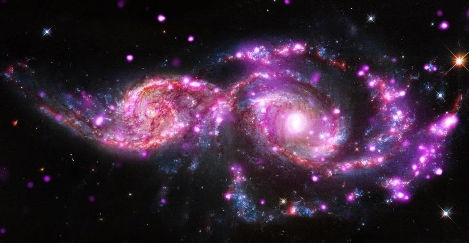 12.dez.2014 - Imagem divulgada pela Nasa, feita pelo telescópio espacial Hubble, mostra o par de galáxias NGC 2207 e IC 2163, localizadas a cerca de 130 milhões de anos-luz da Terra. As galáxias já ?sediaram? três explosões de supernovas nos últimos 15 anos