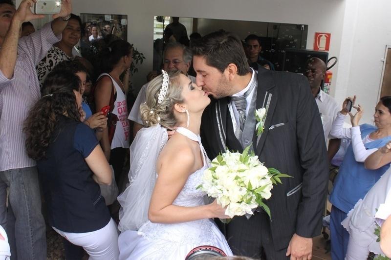 12.dez.2014 - Juliane Rosa da Silva se casou com seu noivo Luís Ricardo no hospital de Base de São José do Rio Preto. A cerimônia aconteceu no local para que a mãe de Juliane, Rita Rosa, que está internada no hospital, pudesse participar desse momento importante na vida da filha