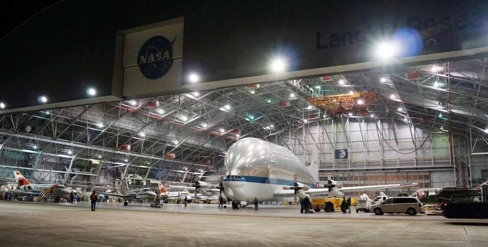 12.dez.2014 - Nasa divulga imagem da aeronave Super Guppy, destinada ao transporte de carga extremamente grande, que voltou de uma entrega especial em Hampton, na Virginia. A aeronave mede 15 m do bico até a cauda e tem uma envergadura de mais de 48 m, além de um compartimento de carga de 8 m de diâmetro