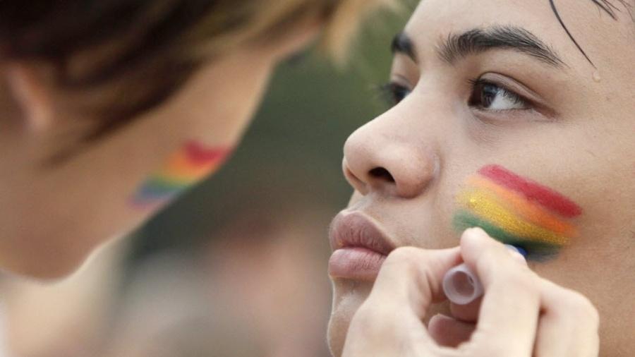 Participantes pintam o rosto com as cores do arco-íris durante parada gay realizada em Manila, nas Filipinas - Ritchie B./EFE