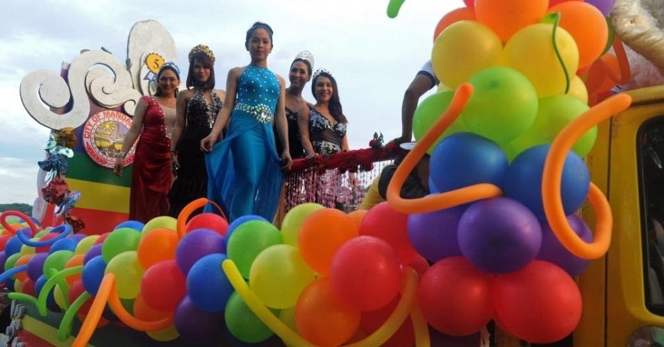 13.dez.2014 - Membros e simpatizantes LGBTs (Lésbicas, gays, bissexuais e transgêneros) participam neste sábado (13) de um desfile em Manila, nas Filipinas. A parada anual do orgulho LGBT escolheu o tema Igualdade para inspirar os carros e fantasias