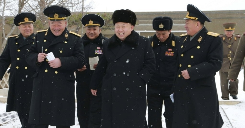 13.dez.2014 ? O líder norte-coreano Kim Jong-un (terceiro da dir. para esq.) sorri ao inspecionar uma unidade do exército e da marinha em Pyongyang, na Coreia do Norte, em uma imagem sem data divulgada neste sábado (13) pela Agência de Notícias da Coréia do Norte