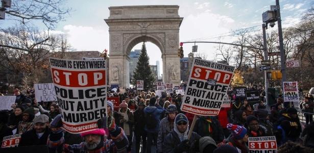 Manifestantes protestam contra as mortes de negros desarmados pela polícia