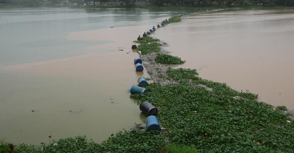 15.dez.2014 - Água com barro é vista, nesta segunda-feira (15), na lagoa da Pampulha, em Belo Horizonte, Minas Gerais, devido às chuvas que atingiram a capital mineira nos últimos dias