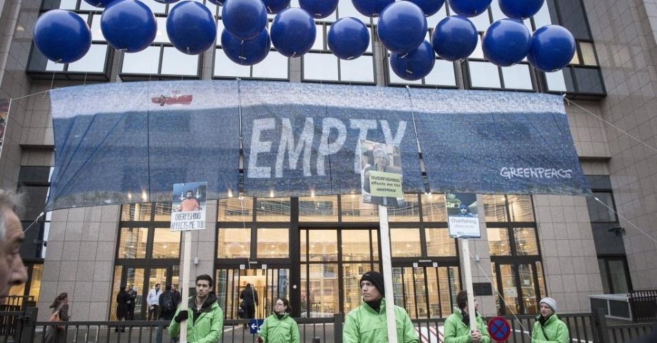 15.dez.2014 - Ativistas do Greenpeace fazem protesto, nesta segunda-feira (15), contra a exploração pesqueira em frente à sede do Conselho da União Europeia em Bruxelas, na Bélgica, antes da conclusão da próxima reunião dos Ministros da Pesca da UE