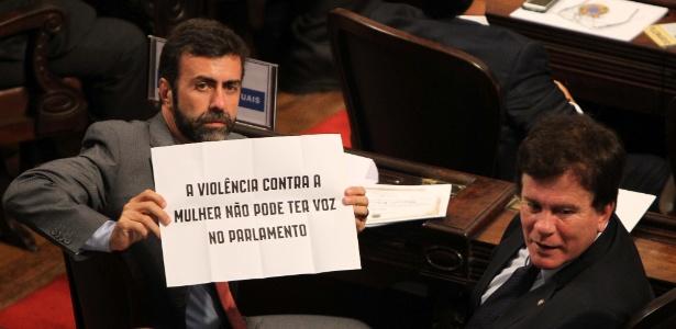 Deputado estadual Marcelo Freixo (à esq.), ao lado de Wagner Montes (PSD), segura cartaz em protesto contra o deputado federal Jair Bolsonaro (PP-RJ) - Márcio Mercante/Estadão Conteúdo