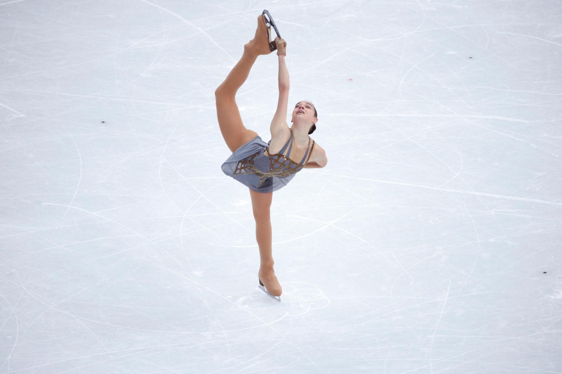 UMA VITÓRIA RUSSA EM CASA - Nas Olimpíadas de Inverno de Sochi, em fevereiro, Adelina Sotnikova se tornou a primeira mulher russa, ou soviética, a levar o ouro na patinação artística -- surpreendendo Kim Yu-na, sul-coreana que defendia a primazia da categoria e ficou com a prata. A vitória da atleta foi recebida com muito orgulho pela maioria da população do país que sediou aquela que se acredita ter sido a Olimpíada mais cara da história. A Rússia gastou US$ 51 bilhões para transformar o balneário meio decadente do mar Negro em destaque no cenário internacional; a China, por exemplo, gastou US$ 40 bilhões para fazer os Jogos de Pequim, um evento muito maior