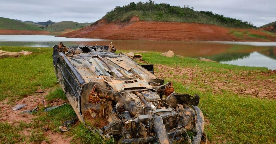 16.dez.2014 - Carcaça de carro fica visível devido a seca extrema que atinge a represa do Jaguari, do sistema Cantareira, na cidade de Jacareí, no interior de São Paulo