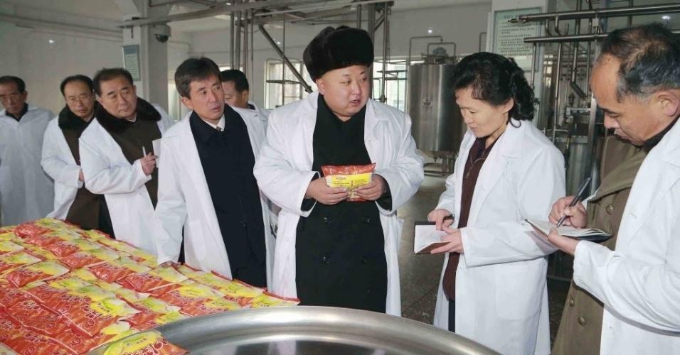 16.dez.2014 - Imagem cedida pela KCNA, a agência de notícias da Coreia do Norte, mostra o líder norte-coreano Kim Jong-un inspecionando uma fábrica de alimentos para crianças em Pyongyang