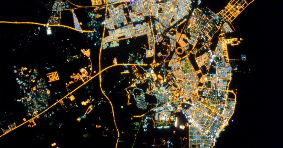 """16.dez.2014 - A astronauta da ESA (Agência Espacial Europeia, sigla em inglês) Samantha Cristoforetti, uma das tripulantes da ISS (Estação Espacial Internacional, sigla em inglês), tirou essa foto da Terra, mas esqueceu qual é o lugar da imagem e pediu ajuda para seus seguidores em uma rede social. """"Esqueci onde eu tirei essa foto. Lindas linhas de luz muito distintas - parece familiar para alguém?"""". Ajudar astronautas a identificarem os locais das imagens pode ser divertido, mas o ato de fotografar a Terra vai além disso, ajuda os profissionais que investigam poluição luminosa"""