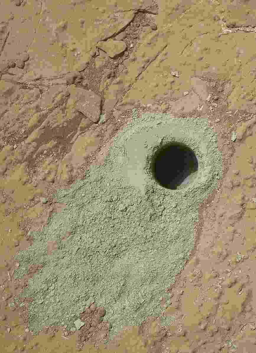 16.dez.2014 - A sonda Curiosity da Nasa fez perfuração na rocha chamada de Cumberland, no dia marciano 279 (em março de 2013) durante seus trabalhos em Marte e coletou uma amostra de pó de material do interior da rocha. Moléculas orgânicas foram detectadas na amostra coletada. Além disso, a Curiosity verificou um aumento de dez vezes do metano presente na atmosfera marciana - JPL-Caltech/MSSS/Nasa