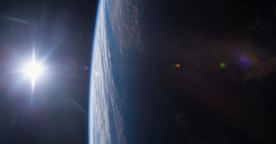 16.dez.2014 - O engenheiro de voo da Missão 42 da ISS (Estação Espacial Internacional, na sigla em inglês) Terry W. Virts tirou essa foto do o pôr do sol no Golfo do México e na costa dos Estados Unidos. A imagem foi postada em rede social e divulgada pela Nasa. A tripulação da ISS orbita a uma altitude de 354 km. A ISS completa uma volta ao redor do globo em cerca de 90 minutos, por isso a tripulação pode observar 16 vezes o nascer e pôr do sol a cada dia