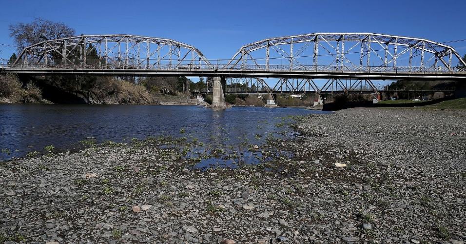 21.fev.2014 - Nível da água aparece bem abaixo da capacidade no rio Russian no Healdsburg Veterans Memorial Beach Park, na Califórnia