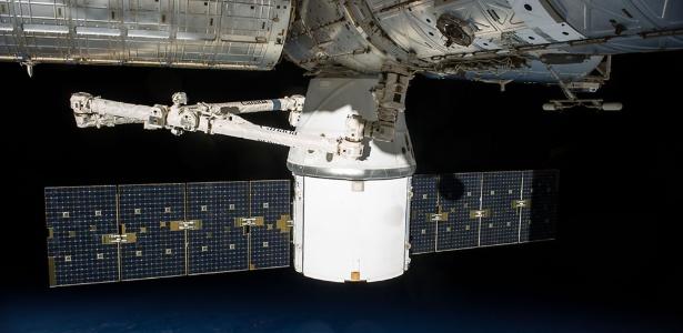 Cápsula Dragon aparece acoplada à ISS para descarregar suprimentos e equipamentos