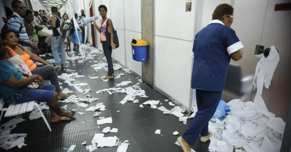 17.dez.2014 - Em greve, funcionários de limpeza da Uerj (Universidade do Estado do Rio de Janeiro), terceirizados pela empresa Construir Arquitetura e Serviços, protestam por falta de pagamento