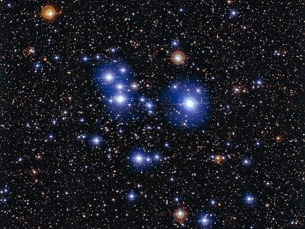 17.dez.2014 - Imagem obtida por telescópio do ESO (Observatório Europeu do Sul) mostra estrelas quentes no aglomerado Messier 47. Apesar deste jovem aglomerado aberto ser dominado por estrelas azuis brilhantes, que indicam que são quentes, contém também algumas estrelas gigantes vermelhas contrastantes, que são consideradas frias