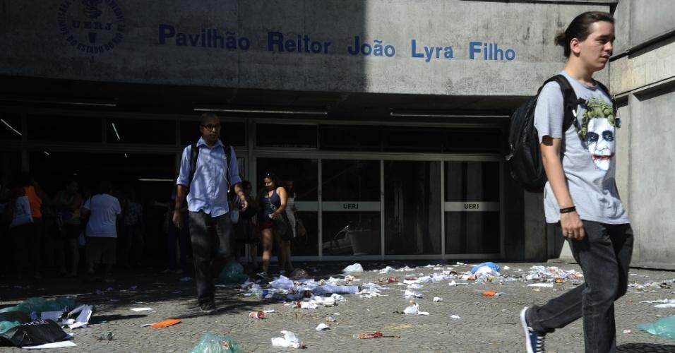 17.dez.2014 - Lixo espalhado nos corredores e entradas da Uerj (Universidade do Estado do Rio de Janeiro) durante greve de funcionários terceirizados da limpeza, por falta de pagamento