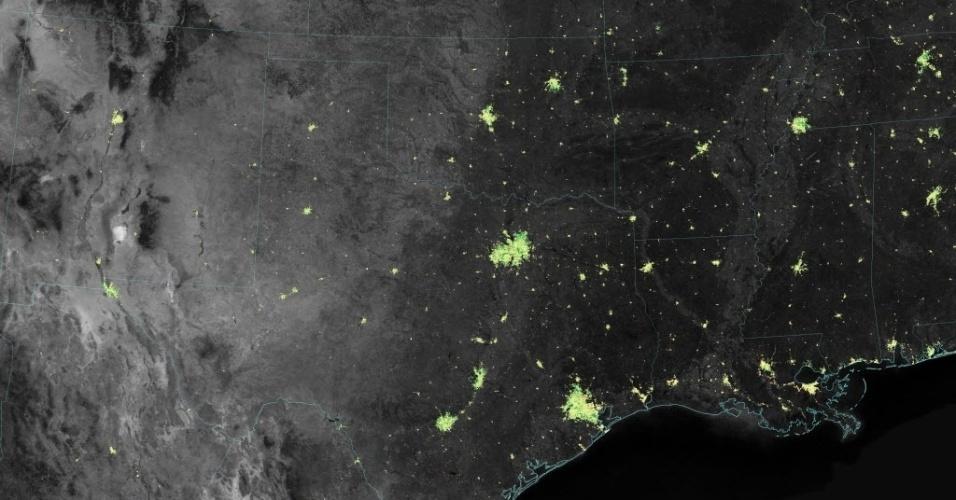 17.dez.2014 - Satélite da Nasa (agência espacial americana) registra aumento da iluminação na região do Texas e Louisiana durante o período do Natal. Os pontos verdes mostram as áreas onde o aumento foi maior a partir do Dia de Ação de Graças