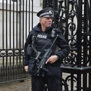 Policial armado faz guarda em Londres (Inglaterra) após emissão de alerta sobre possível ataque terrorista no Reino Unido (foto de dezembro de 2014)