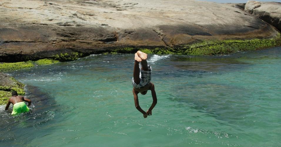 18.dez.2014 - Banhistas se refrescam na praia de Ipanema, na zona sul do Rio de Janeiro, nesta quinta- feira. Não há previsão de chuva e a temperatura máxima deve atingir os 37°C na capital fluminense