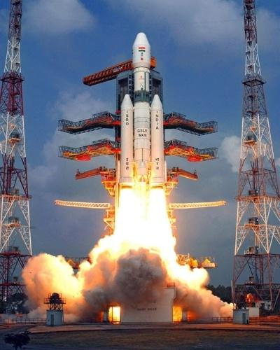 18.dez.2014 - A ISRO (agência espacial indiana) lançou com sucesso o maior foguete de sua história espacial, que inclui uma cápsula que pode transportar astronautas. O foguete, com capacidade de transportar satélites de comunicações, decolou da base de Sriharikota, no Estado de Andhra Pradesh. O Geostationary Satellite Launch Vehicle Mk-III (nome oficial do foguete) transportava uma cápsula vazia que, como estava previsto, se separou e caiu no Golfo de Bengala 20 minutos depois do lançamento. No futuro, a cápsula poderá transportar até três astronautas