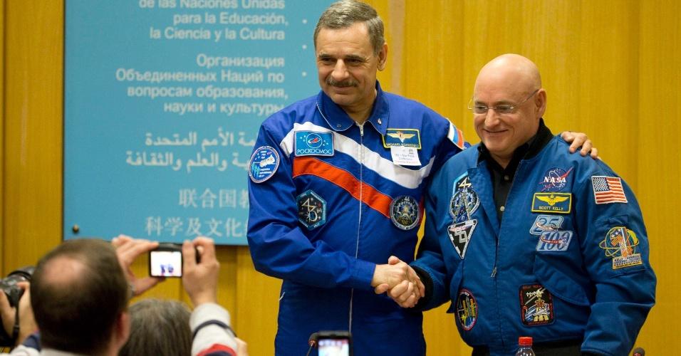 18.dez.2014 - O astronauta da Nasa Scott Kelly (à dir.) aperta a mão do cosmonauta russo Mikhail Korniyenko após uma conferência de imprensa sobre a próxima expedição que durará um ano e para discutir o futuro do laboratório internacional na sede da Unesco, em Paris, na França, nesta quinta-feira (18). Kelly e Korniyenko estão programados para decolar em direção à ISS (Estação Espacial Internacional, sigla em inglês) em março de 2015 para iniciar a missão de um ano a bordo do laboratório. Este será o maior tempo em que astronautas passarão a bordo da ISS em uma única missão