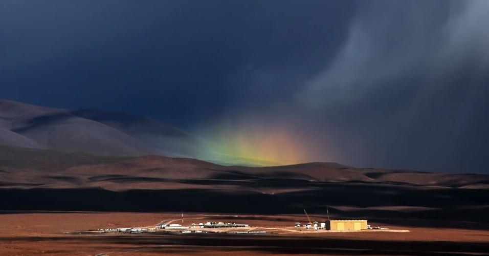 18.dez.2014 - O ESO (Observatório Europeu do Sul) divulgou uma imagem de um arco-íris se formando próximo do telescópio Alma, localizado no deserto do Atacama, no Chile