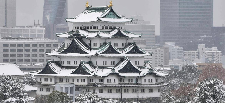 O Castelo de Nagoya, no Japão, é visto coberto de neve - Kyodo/Reuters