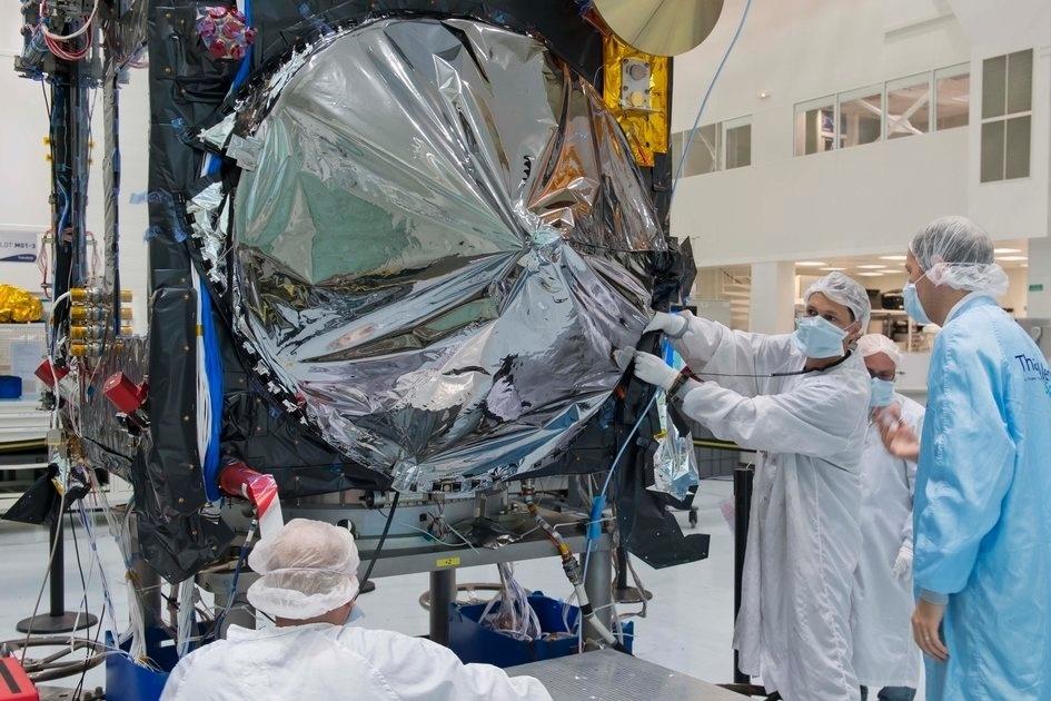 19.dez.2014 - Equipe de técnicos isola antena do satélite Sentinel-3A para protegê-lo das temperaturas extremas encontradas na órbita da Terra. Essas camadas são importantes para manter o equilíbrio térmico dentro do satélite. O aparelho será testado no início de 2015, mas a previsão de lançamento é só para o final do ano. Depois que for lançado, o Sentinel-3A vai usar sua antena para medir os contornos precisos da superfície do mar. O satélite também conta com instrumento para obter imagens, bem como medir a temperatura da superfície do mar
